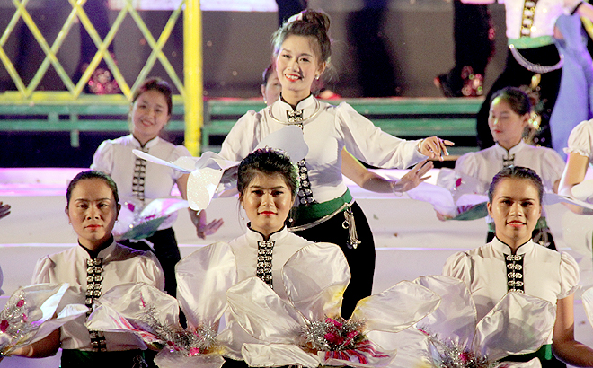 """Girls of Thai Muong Lo in Nghia Lo gracefully perform a traditional """"xoe"""" dance."""