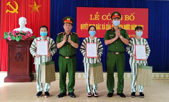 Lãnh đạo Công an tỉnh Yên Bái trao quyết định và quà cho 3 phạm nhân được đặc xá tha tù nhân dịp Ngày Quóc khánh.