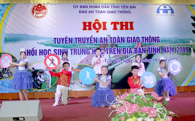 Học sinh khối các trường trung học trên địa bàn tỉnh tham gia Hội thi Tuyên truyền an toàn giao thông do Ban An toàn giao thông tỉnh Yên Bái tổ chức . (Ảnh: Thu Trang)