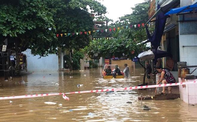 Các địa phương cần chủ động, ứng phó với mưa lớn trong tình hình dịch bệnh Covid-19 phức tạp, cảnh báo kịp thời các khu vực nguy hiểm và giúp đỡ nhân dân trong vùng ngập trũng. (Ảnh: Khu vực phường Hồng Hà, thành phố Yên Bái bị ngập lớn do trận mưa lớn kết hợp với nước sông Thao dâng cao sáng ngày 19/8/2020)