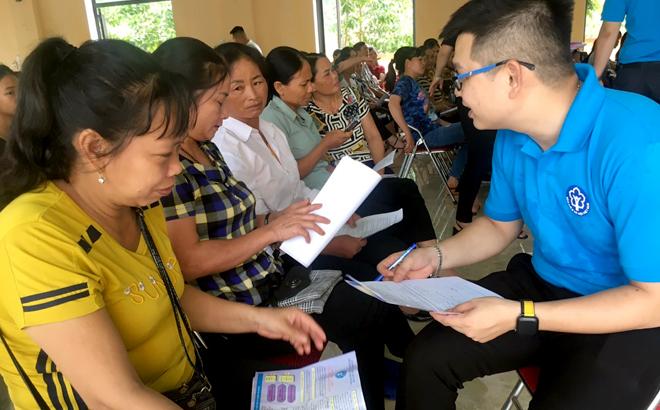 Cán bộ Bảo hiểm xã hội tỉnh tuyên truyền chính sách bảo hiểm xã hội tự nguyện đến người dân xã Tuy Lộc, thành phố Yên Bái. (Ảnh minh họa)