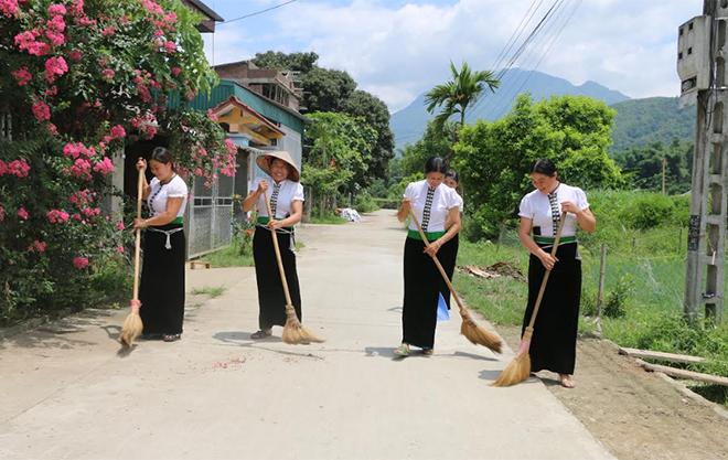 Bà con bản Đoàn Kết tích cực lao động, dọn dẹp vệ sinh môi trường thôn xóm.
