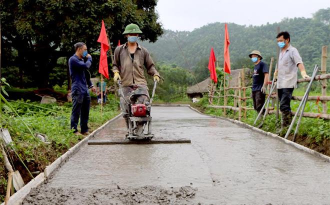 Người dân xã Mỹ Gia, huyện Yên Bình tham gia bê tông hóa đường giao thông nông thôn.