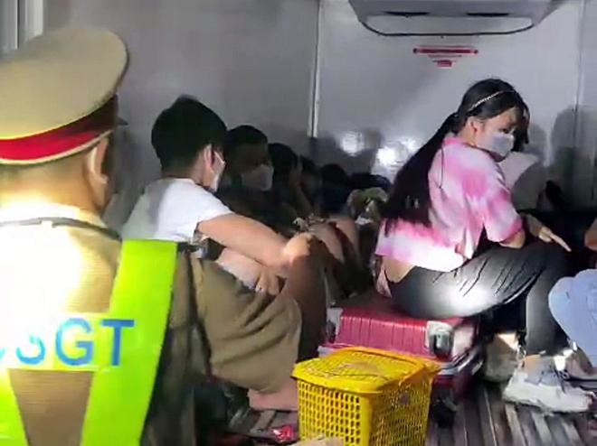 Xe đông lạnh chở 15 người trong thùng.