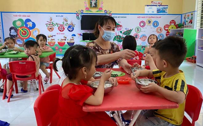 Giờ ăn của các cháu Trường Mầm non Minh An, huyện Văn Chấn.