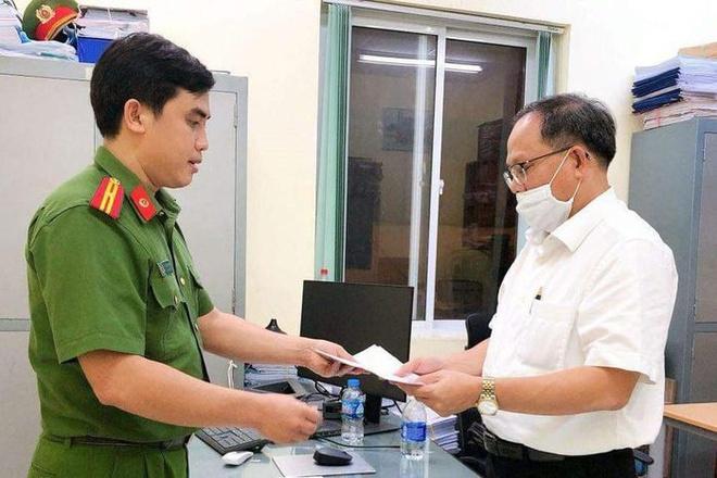 Cảnh sát tống đạt quyết định khởi tố, bắt tạm giam bị can Tất Thành Cang.