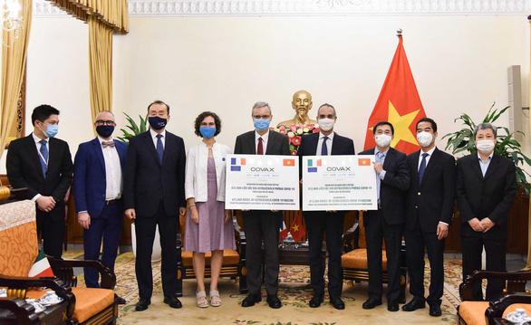 Lễ tiếp nhận tượng trưng 1,5 triệu liều vắc xin AstraZeneca của Ý và Pháp tặng Việt Nam.