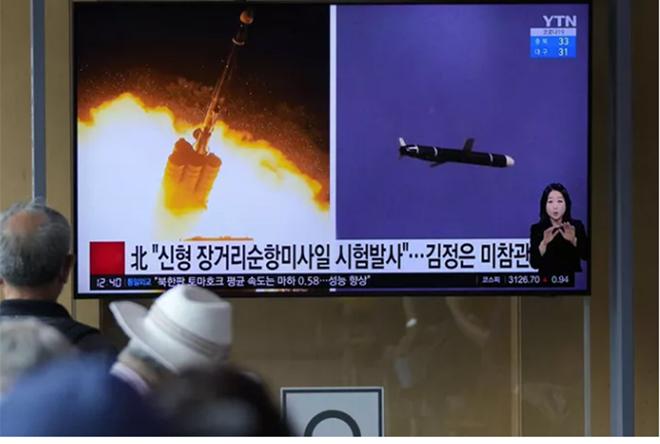 Người dân theo dõi thông tin về vụ thử tên lửa hành trình tầm xa của Triều Tiên tại thủ đô Seoul - Hàn Quốc hôm 13-9.