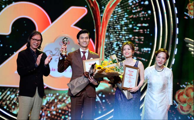 Diễn viên Nhan Phúc Vinh nhận giải Mai Vàng năm 2020.