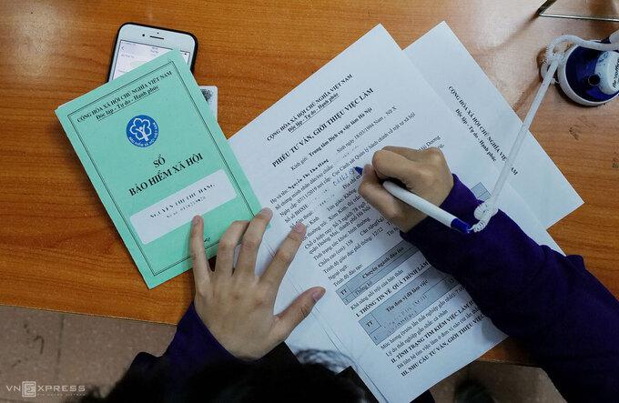 Người lao động tìm kiếm cơ hội việc làm mới tại Trung tâm Dịch vụ việc làm Hà Nội, tháng 6/2020.