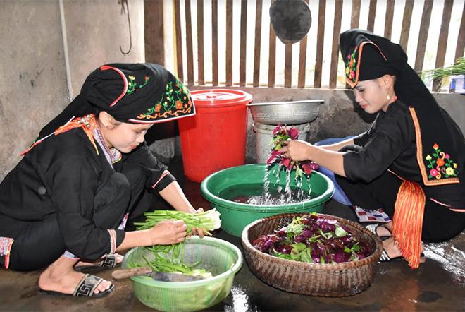 Đồng bào Dao xã Viễn Sơn, huyện Văn Yên chuẩn bị thực phẩm phục vụ khách du lịch nội tỉnh dịp nghỉ lễ 2/9.