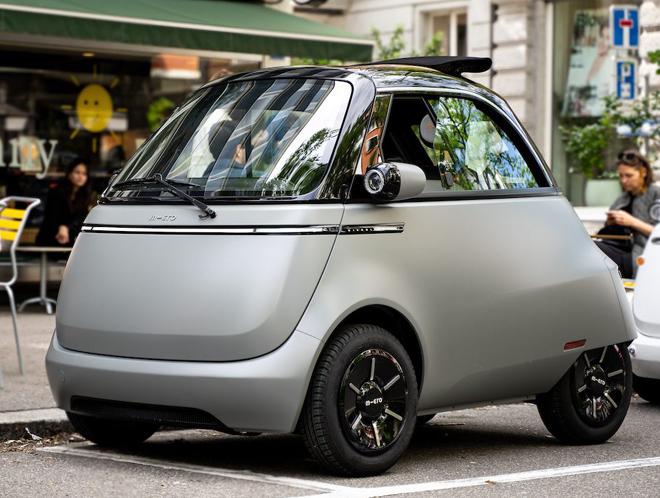 Mẫu xe điện thiết kế 2 chỗ, cửa mở nằm trước vô-lăng, chiều dài chỉ 2,4 m kèm công suất của môtơ điện 25 mã lực.