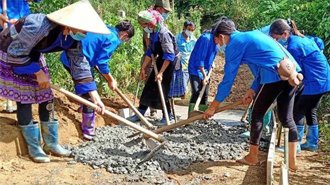 Đoàn viên, thanh niên cùng nhân dân tham gia làm đường giao thông nông thôn ở Mù Cang Chải. (Ảnh: Thu Hạnh)