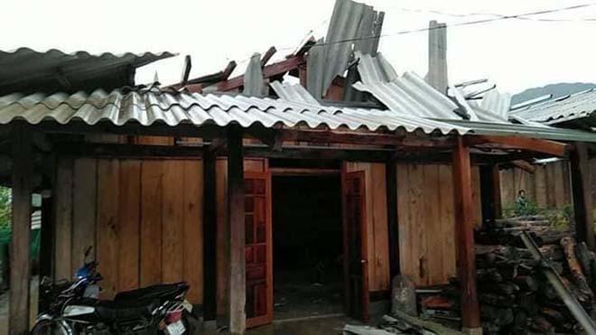 Chính quyền và người dân chú ý theo dõi chặt chẽ các bản tin cảnh báo, dự báo thiên tai, thời tiết để thông báo để chủ động phòng tránh, giảm thiểu thiệt hại. (Trong ảnh: Một nhà dân bị tốc mái tại huyện Văn Chấn ngày 1/8/2021).