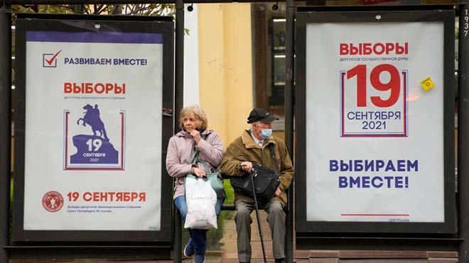 Ảnh chụp ngày 8/9 ở St.Petersburg, tại một trạm xe buýt được trang trí bằng các áp phích bầu cử Hạ viện.