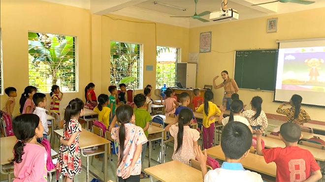 Khởi động trước tiết học của cô và trò Trường Tiểu học Phúc Sơn, thị xã Nghĩa Lộ.