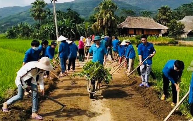 Nhân dân xã Tân Lập, huyện Lục Yên tham gia làm đường giao thông nông thôn.