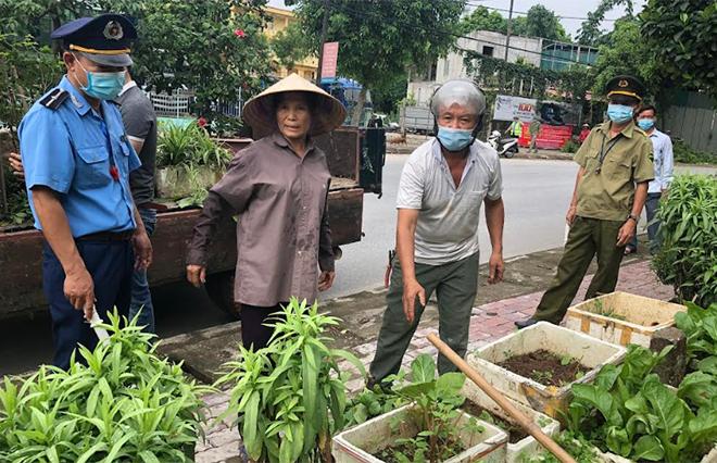 Ban Chỉ đạo Xây dựng văn minh đô thị, thị trấn Yên Bình ra quân giải tỏa hành lang.