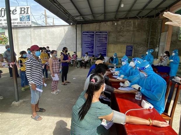 Khám sàng lọc cho người dân phường Hội Nghĩa, thị xã Tân Uyên, tỉnh Bình Dương trước khi tiêm vaccine.