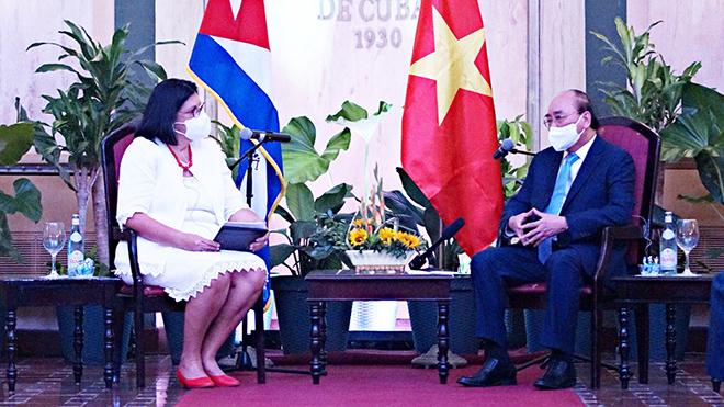 Chủ tịch nước Nguyễn Xuân Phúc trao đổi với Phó chủ tịch thứ nhất Viện Cuba hữu nghị với các dân tộc (ICAP) Noemi Rabaza Fernandez.
