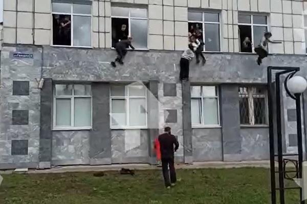 Các sinh viên trèo cửa sổ trốn chạy tay súng.