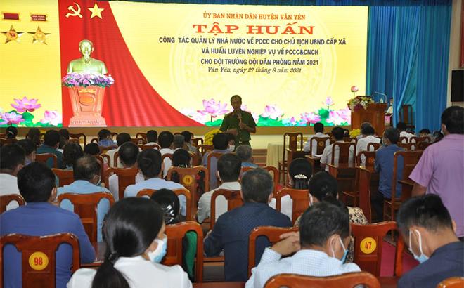 Cán bộ Phòng Cảnh sát Phòng cháy, chữa cháy và Cứu nạn, cứu hộ, Công an tỉnh tập huấn nghiệp vụ phòng cháy, chữa cháy cho lãnh đạo các xã của huyện Văn Yên.