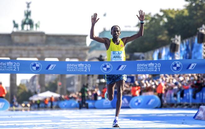 Vận động viên người Ethiopia, Guye Adola giành chức vô địch giải Marathon Berlin 2021.