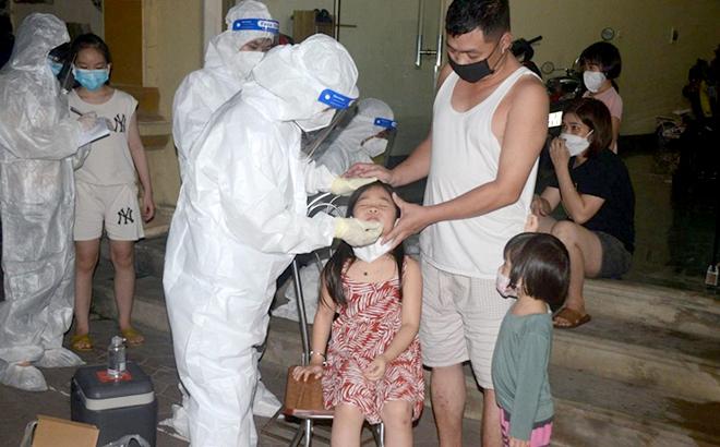 Lấy mẫu xét nghiệm trong đêm ở TP Phủ Lý, tỉnh Hà Nam.