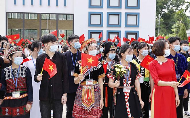 Học sinh Trường Phổ thông Dân tộc nội trú THPT tỉnh Yên Bái dự Lễ khai giảng năm học mới.