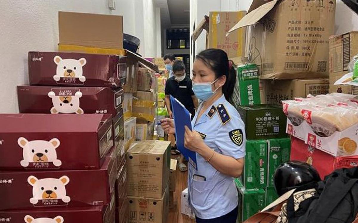 Hàng tấn bánh kẹo, sữa, nước cốt lẩu,... không rõ nguồn gốc xuất xứ được lực lượng chức năng phát hiện tại cơ sở kinh doanh tại Thanh Hóa.