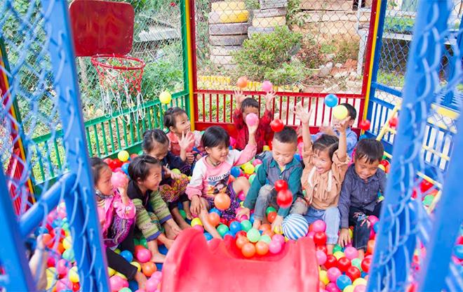 Món quà mang lại niềm vui, tiếng cười cho các em học sinh Trường Mầm non Xéo Dì Hồ - xã Lao Chải, huyện Mù Cang Chải.
