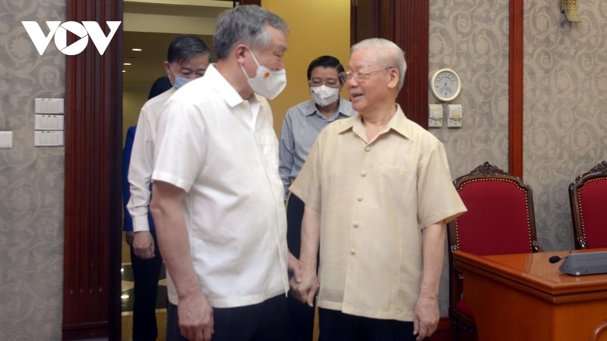 Tổng Bí thư Nguyễn Phú Trọng trao đổi với các đồng chí trong Bộ Chính trị tại cuộc họp.