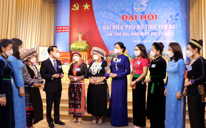 Secretary of the provincial Party Committee and head of the National Assembly deputies' delegation of Yen Bai Do Duc Duy and President of the Vietnam Women's Union Ha Thi Nga talk to delegates at the congress.