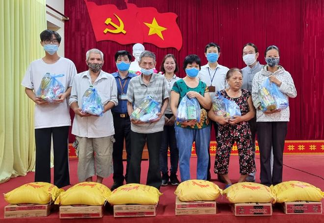 Thay mặt anh chị Loan Mai - kiều bào sống tại Canada, ông Trường Nguyễn - chủ kênh Việt Nam today đã trao quà cho các hộ gia đình.