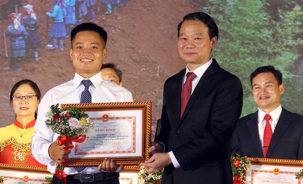 Đồng chí Sùng Thành Công - Chủ tịch UBND xã La Pán Tẩn (nay là Chủ tịch UBND xã Chế Cu Nha), đại diện chính quyền, nhân dân xã nhận Bằng khen của Chủ tich UBND tỉnh vì có thành tích xuất sắc trong phong trào thi đua yêu nước năm 2019.
